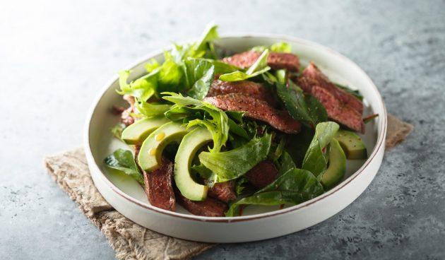 Салат из говядины с авокадо