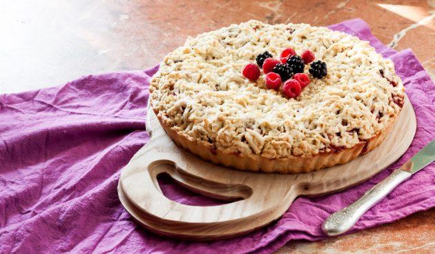 Тёртый пирог с малиной и ежевикой