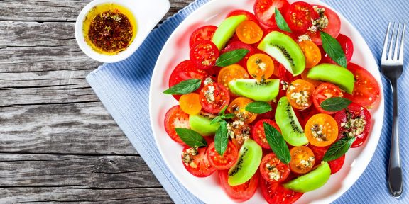 Сочные, вкусные, ароматные. Эти салаты с помидорами вам точно понравятся