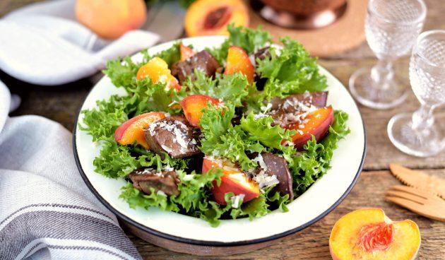 Салат с персиками и печенью