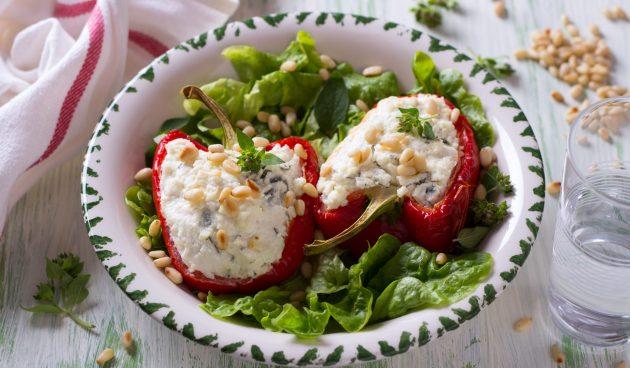 Перцы, фаршированные сыром и зеленью