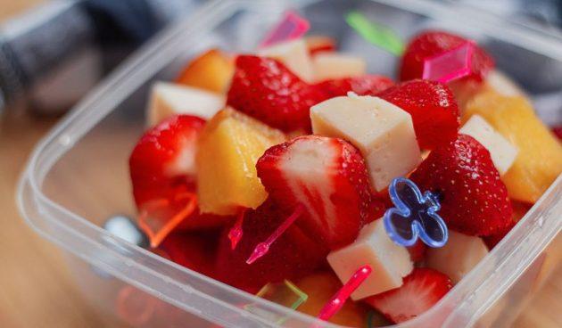 Канапе с фруктами и сыром
