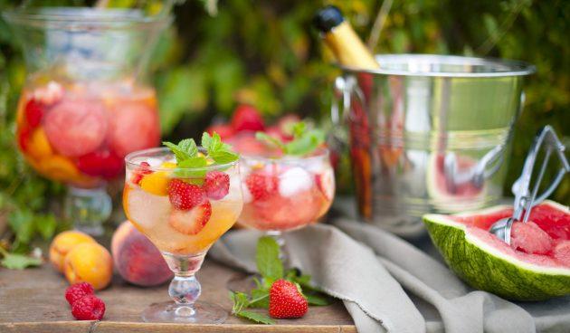 Крюшон с ягодами и персиками