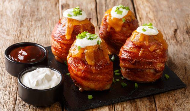 Картошка в беконе, фаршированная сыром