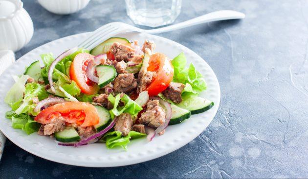 Простой салат с тунцом и овощами