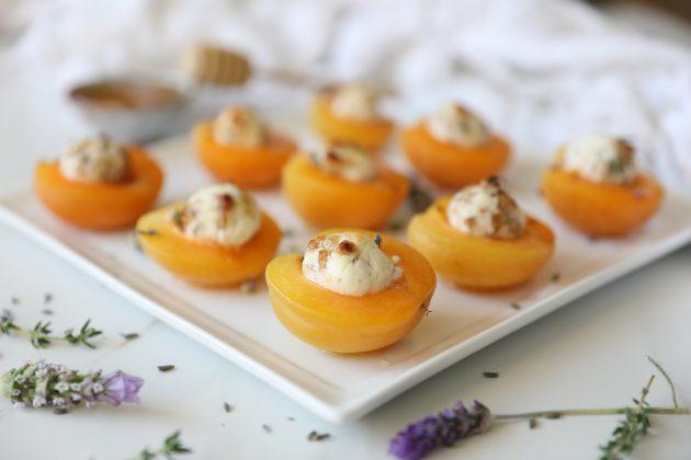 Запечённые абрикосы с козьим сыром