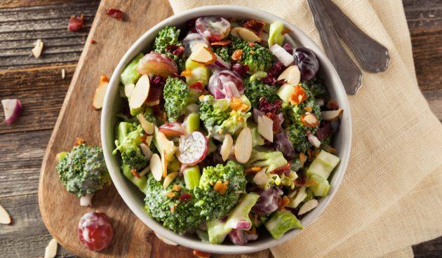 Салат из брокколи с виноградом