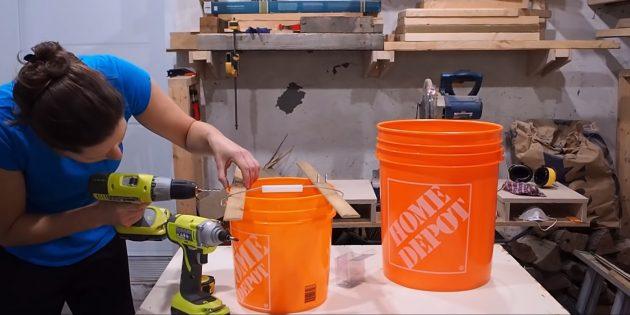 Как сделать вазон из бетона и двух вёдер своими руками: прикрепите рейки к ведру