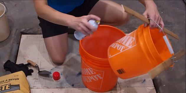 Как сделать вазон из бетона и двух вёдер своими руками: нанесите смазку