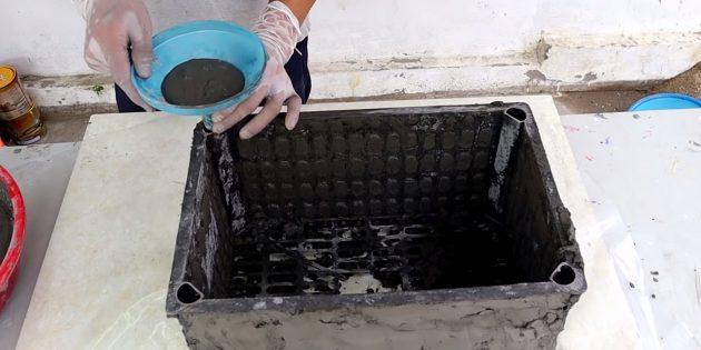 Как сделать вазон из бетона и пластикового ящика своими руками: заполните раствором отверстия в ящике