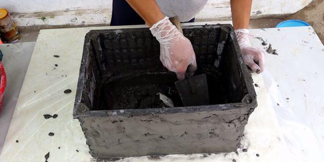 Как сделать вазон из бетона и пластикового ящика своими руками: замажьте дно