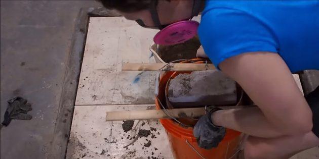 Как сделать вазон из бетона и двух вёдер своими руками: постукивайте по ведру