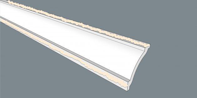Как клеить потолочный плинтус: намажьте плинтус клеем или шпаклёвкой