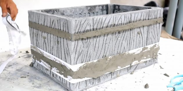 Как сделать вазон из бетона и пластикового ящика своими руками: уберите ленты