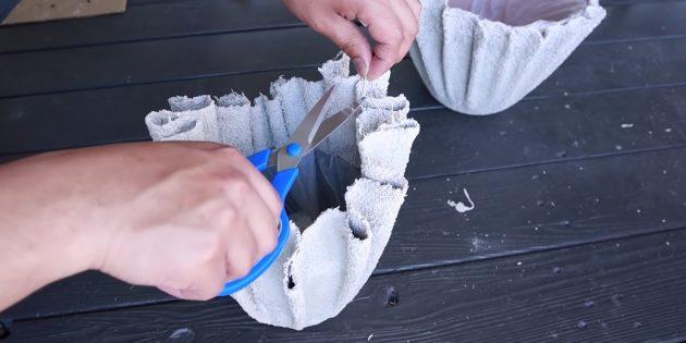 Как сделать вазон из бетона и полотенец своими руками: подрежьте неровности