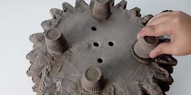 Приклейте ножки к вазону из бетона