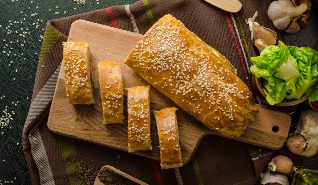 Простой пирог с кабачками, ветчиной и сыром