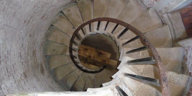 Мифы о средневековых замках: винтовая лестница в замке Хёрст, Хэмпшир, Великобритания