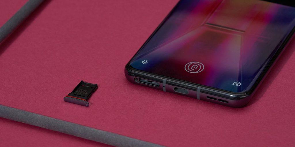 OnePlus 9Pro: снизу расположены лоток для сим‑карт, микрофон, разъём USB Type‑C и динамик