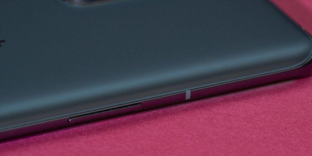 OnePlus 9Pro: сдвоенная качелька регулировки громкости находится на левом боку