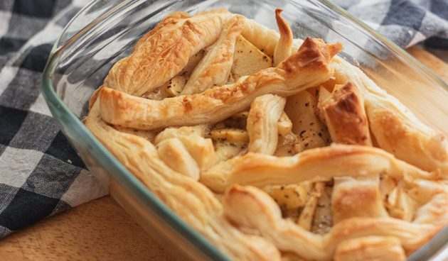 Пирог из слоёного теста с яблоком и сыром