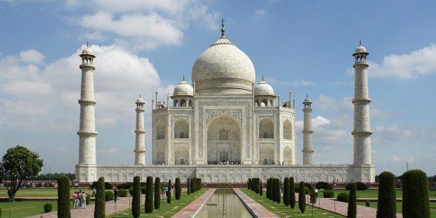 Один из самых ярких примеров симметрии в искусстве — мавзолей Тадж-Махал в Индии. Фото: Yann; edited by Jim Carter / Wikimedia Commons