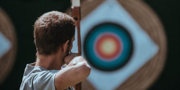 Энтузиаст создал лук, который всегда стреляет точно в цель