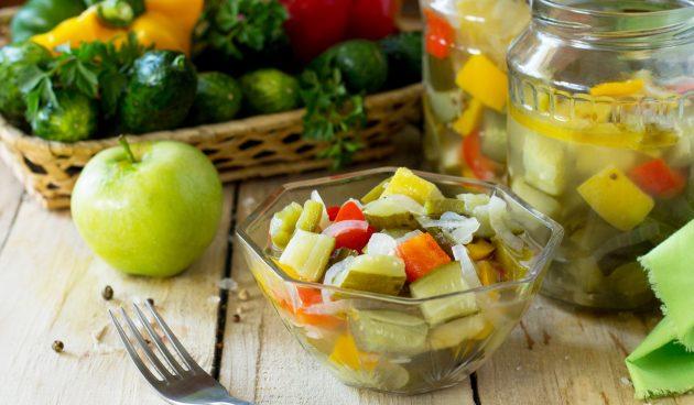 Салат из огурцов и яблок на зиму