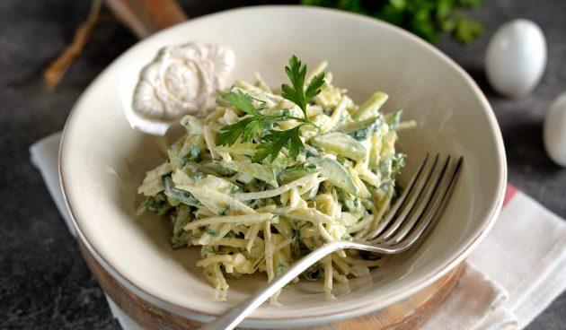 Салат с кольраби и яйцами