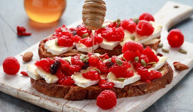 Тосты с ягодами и сыром от Гордона Рамзи
