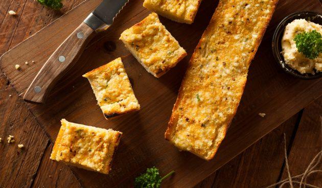 Хрустящий хлеб с запечённым чесноком из TikTok