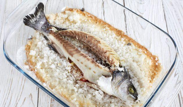 Сибас, запечённый в соли