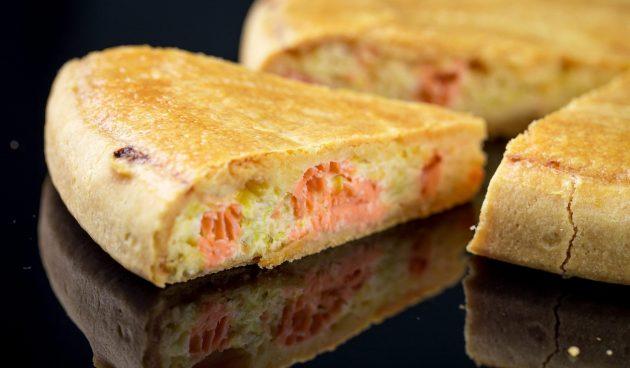 Заливной пирог с красной рыбой