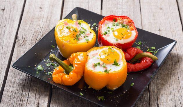 Перцы, фаршированные беконом и яйцами