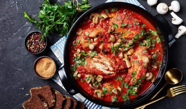 Тушёные куриные грудки с шампиньонами, перцем и помидорами