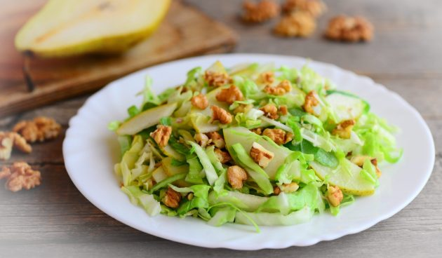 Салат с капустой, грушами и грецкими орехами