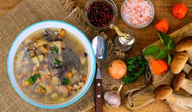 Простой суп с лесными грибами