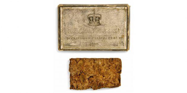 Один из кусочков торта и шкатулка, в которой он был подарен королевой Викторией