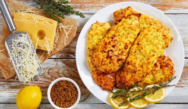 Сочное куриное филе под яйцом и сыром