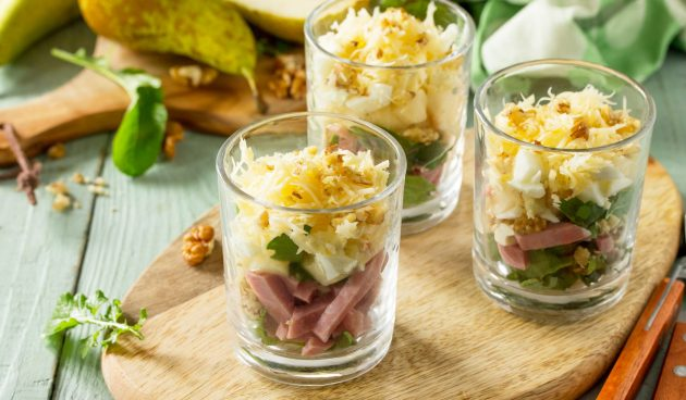 Салат с грушей и ветчиной