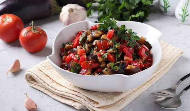 Тёплый салат с баклажанами и помидорами