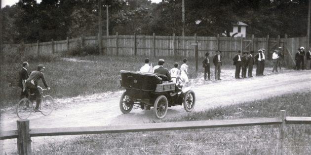 Бегунов сопровождают судьи на автомобиле