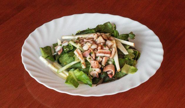 Тёплый салат из яблок и кальмаров