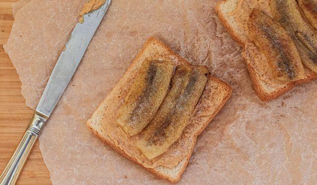 Сэндвич с арахисовой пастой и жареным бананом