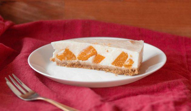 Йогуртовый торт без выпечки с консервированными персиками