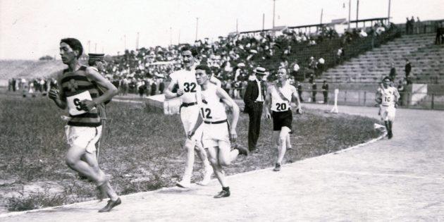 Победителя марафона Олимпийских игр 1904года принесли к финишу на руках