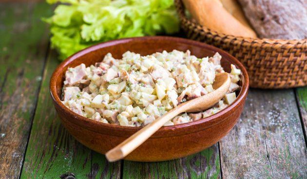 Салат с копчёной курицей и сыром