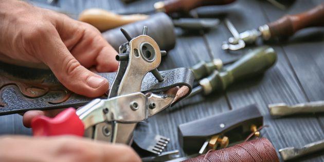 Как сделать дырку в ремне: сожмите рукоятки инструмента