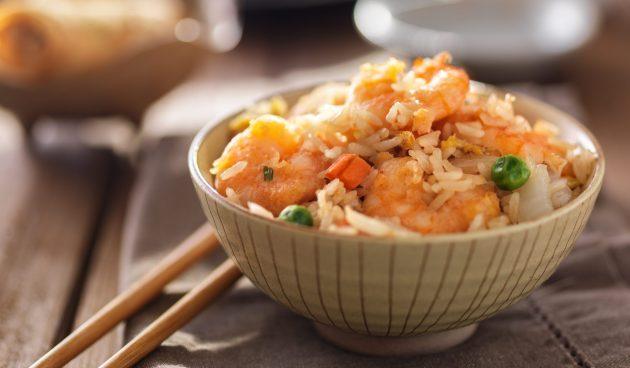 Жареный рис с креветками по-тайски