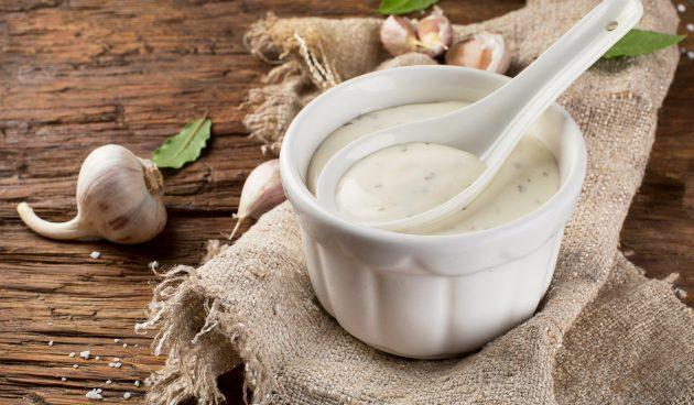 Йогуртовый соус с чесноком и майонезом